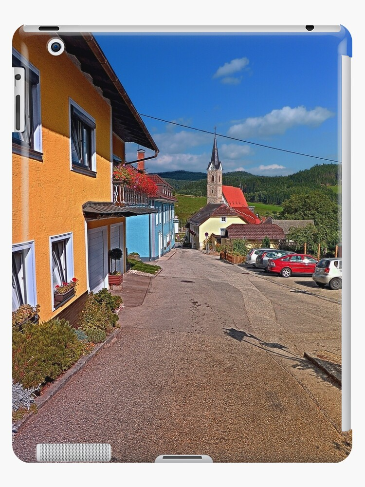 Road into the village center | landscape photography by Patrick Jobst