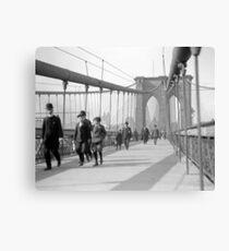 Lienzo Peatones del puente de Brooklyn, 1909. Foto de época