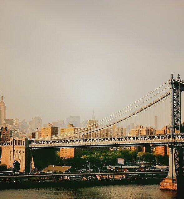 «The Manhattan Bridge and the New York City Skyline at Sunset» de Vivienne Gucwa
