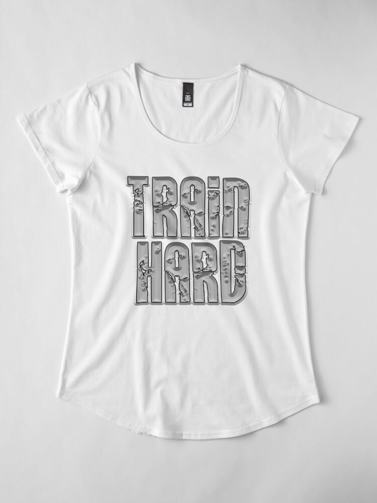 Vista alternativa de Camiseta premium de cuello ancho TREN DURO, DEPORTE, GIMNASIO, EJERCICIO, ATLETA, ENTRENAMIENTO, MMA