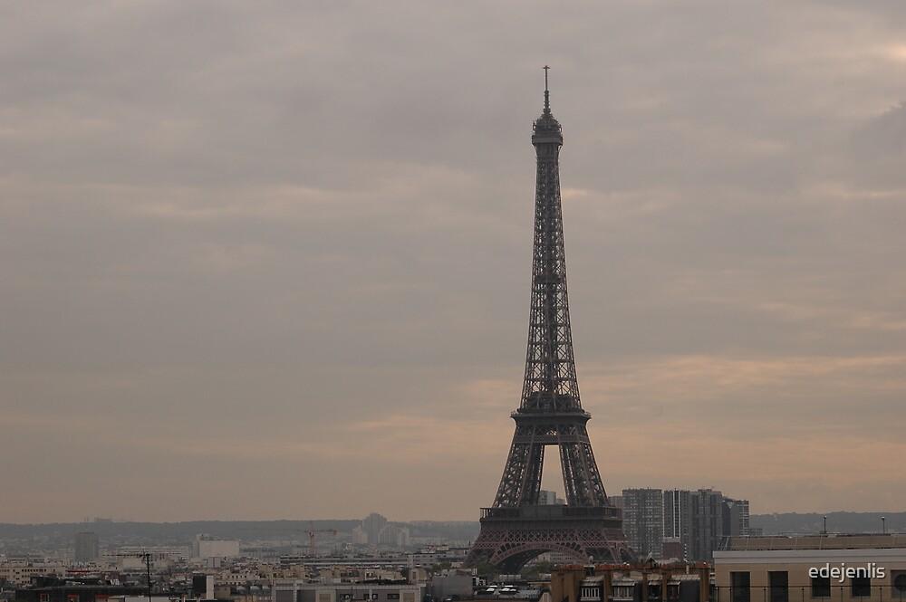 Eiffel Tower in a grey sky by edejenlis