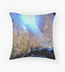 La luce nella grotta Throw Pillow