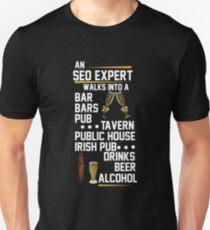 Ein SEO Experten kommt herein Slim Fit T-Shirt