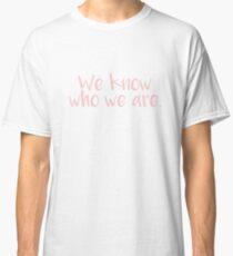 Wir wissen, wer wir sind Millennial Pink Classic T-Shirt
