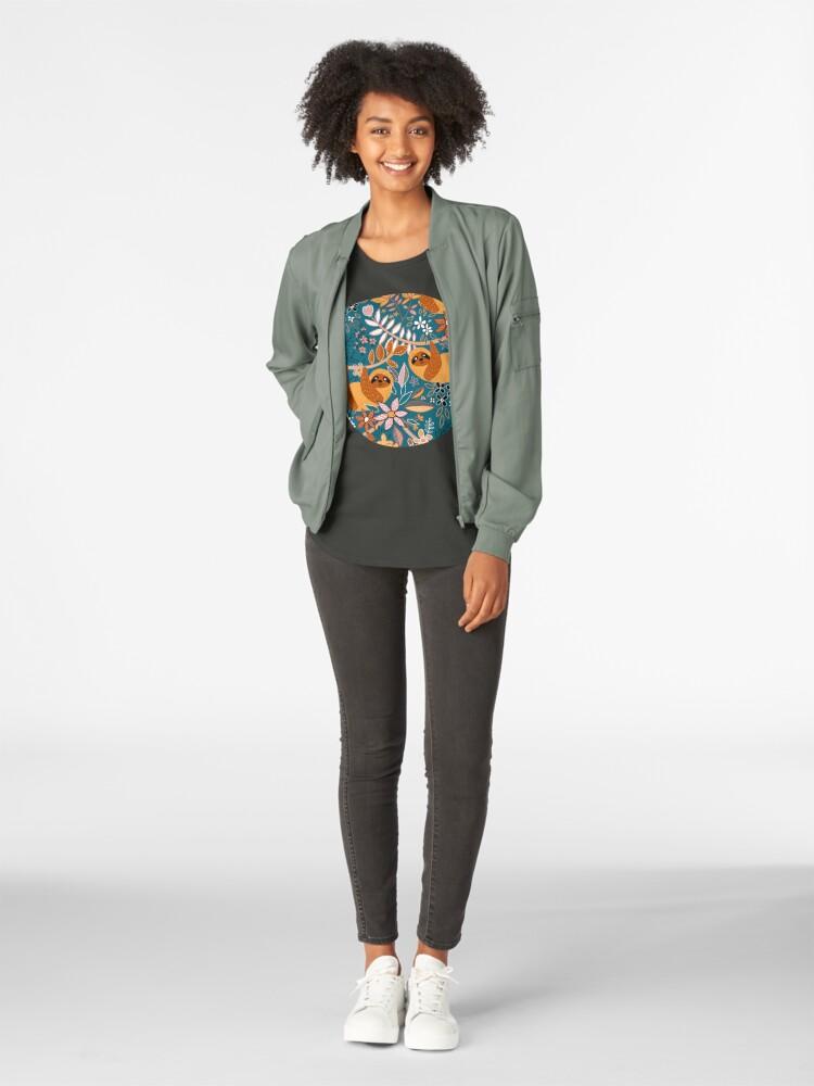 Alternative Ansicht von Glückliches Boho-Faultier mit Blumen Premium Rundhals-Shirt