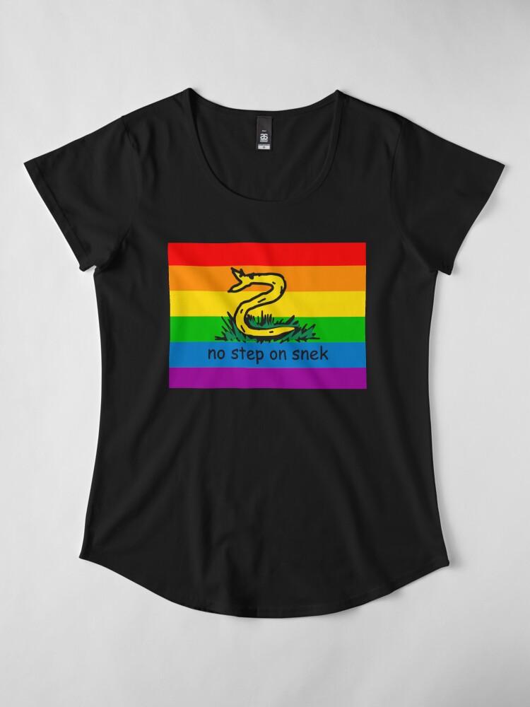 Vista alternativa de Camiseta premium de cuello ancho No hay paso en Snek MAGA amarillo y arco iris LGBTQ bandera Orgullo Snek moderno helicóptero con bandera Paseo No pise sobre mí ANCAP Libertario Kekistan serpiente divertida Gadsden Parodia de bandera HD ALTA CALIDAD TIENDA ONLINE