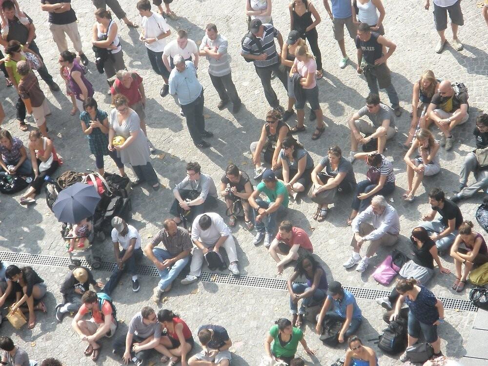 Crowd in Paris by ablokl07
