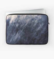 Blaue Wolken, blauer Mond Laptoptasche