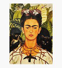 Lámina fotográfica Autorretrato de Frida Kahlo con collar de espinas y pintura de arte ingenuo de colibrí