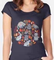 Märchenwald mit Tieren und Vögeln. Waschbären, Eulen, Hasen und kleine Küken. Tailliertes Rundhals-Shirt
