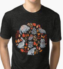 Märchenwald mit Tieren und Vögeln. Waschbären, Eulen, Hasen und kleine Küken. Vintage T-Shirt