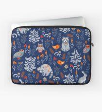 Märchenwald mit Tieren und Vögeln. Waschbären, Eulen, Hasen und kleine Küken. Laptoptasche