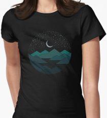 Camiseta entallada para mujer Entre las montañas y las estrellas