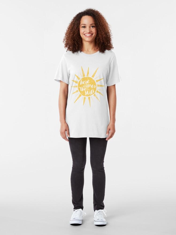 Vista alternativa de Camiseta ajustada Aquí viene el sol
