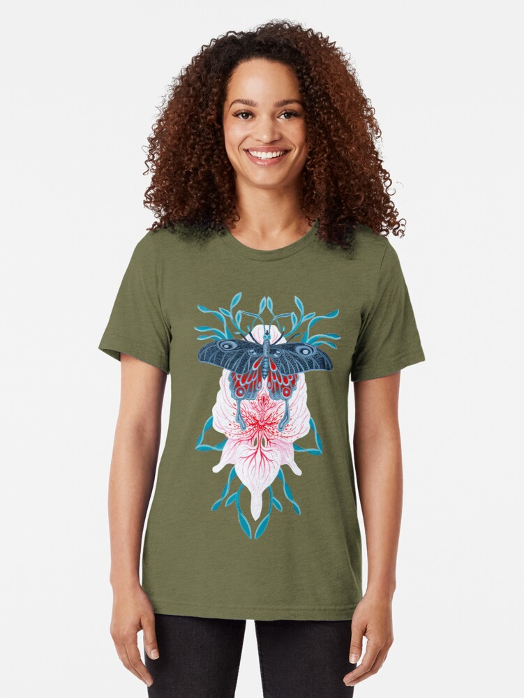 Vista alternativa de Camiseta de tejido mixto Pintura de tatuaje de orquídea mariposa en madera