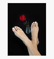 Lámina fotográfica Pies de niña con dedo de Mortons (griego) de belleza ideal, rosa roja en jarrón de vidrio, cruzada descalza, aislada sobre fondo negro