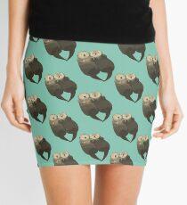 Bedeutende Otter - Otter, die Hände halten Minirock