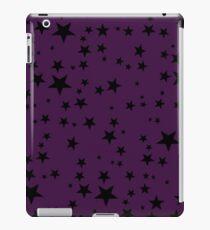Zufällige schwarze Sterne auf einem reichen purpurroten Hintergrund iPad-Hülle & Klebefolie