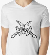 Black and white cracked skull with braindamage and has its tongue out with crossed knifes Men's V-Neck T-Shirt