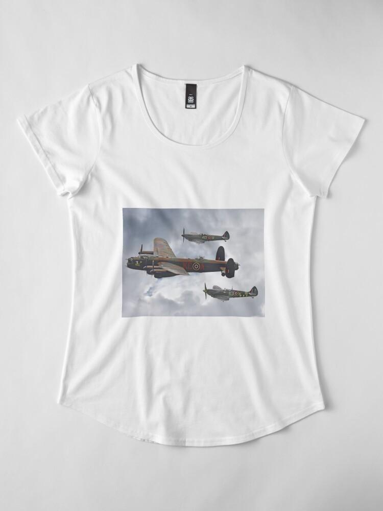 Vista alternativa de Camiseta premium de cuello ancho El vuelo conmemorativo de la batalla de Gran Bretaña - Shoreham 2014
