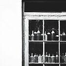 Vintage Flaschen auf dem Display von Bethany Helzer