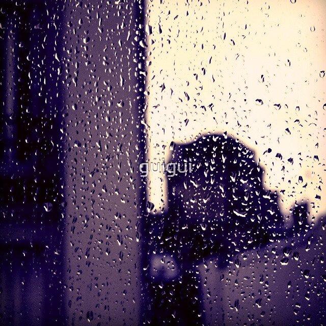 La rosée du matin coule sur ma fenêtre by guigui