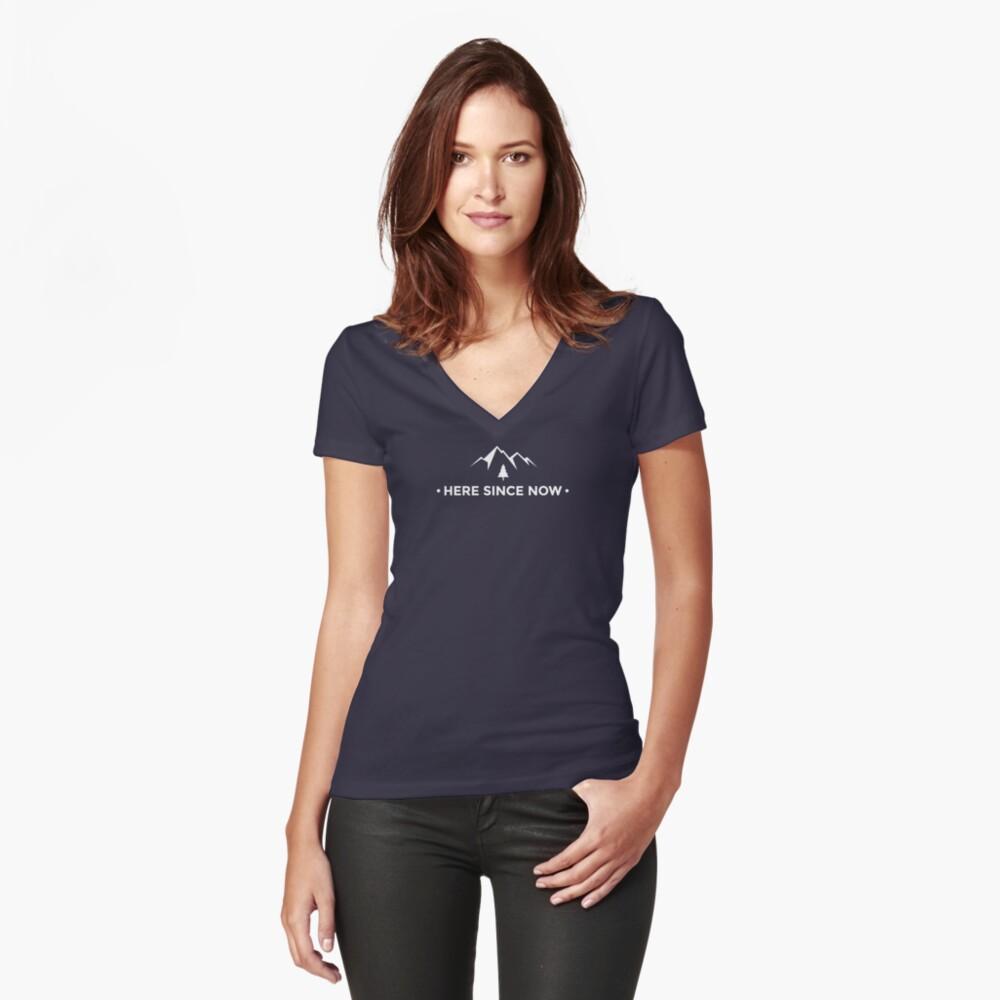 """Das Chris Prouse """"Here Since Now"""" Abenteuer T-Shirt! Tailliertes T-Shirt mit V-Ausschnitt"""