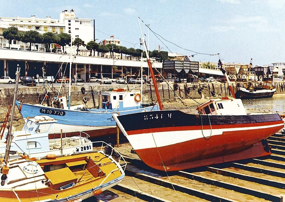 « Bateaux de pêche dans le port à marée basse » par Francois Richet