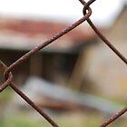 Kelly House durch einen Zaun von GriffMAD