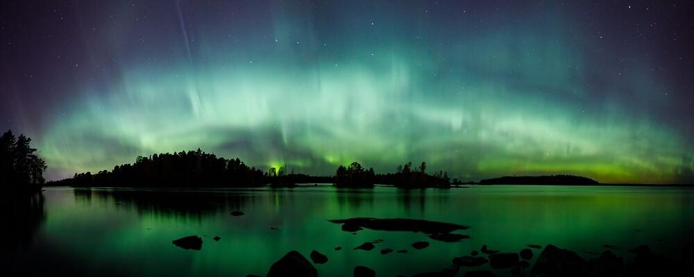 Schöne Nordlichter über Seepanorama von Juhani Viitanen