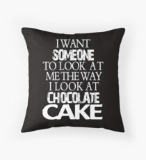 I want someone to look at me the way I look at chocolate cake Throw Pillow