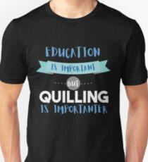 Camiseta ajustada La educación es importante pero quilling es más importante