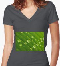green lines and drops Tailliertes T-Shirt mit V-Ausschnitt