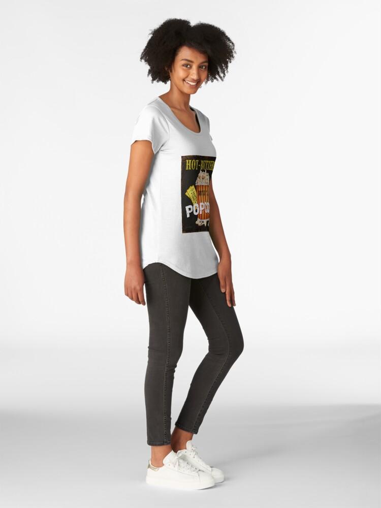 Vista alternativa de Camiseta premium de cuello ancho Arte de teatro de palomitas de maíz con mantequilla caliente