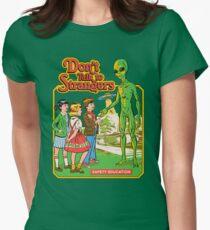 Sprich nicht mit Fremden Tailliertes T-Shirt für Frauen