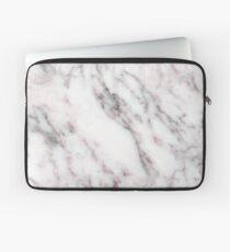 Soft Pink und Charcoal Venen auf Schlagsahne Marmor Laptoptasche