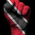 Flagge von Trinidad und Tobago auf einer angehobenen geballten Faust von jeff bartels