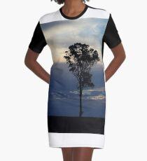 Baum kurz vor dem Sonnenuntergang T-Shirt Kleid