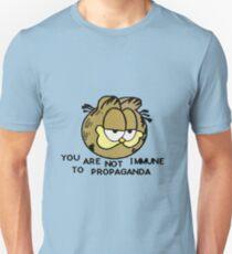 Camiseta unisex No eres inmune a la propaganda Garfield.