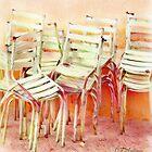 Gestapelte Stühle von CJ Anderson