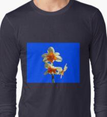 Narzissen-Trio auf Royal Blue Background Langarmshirt
