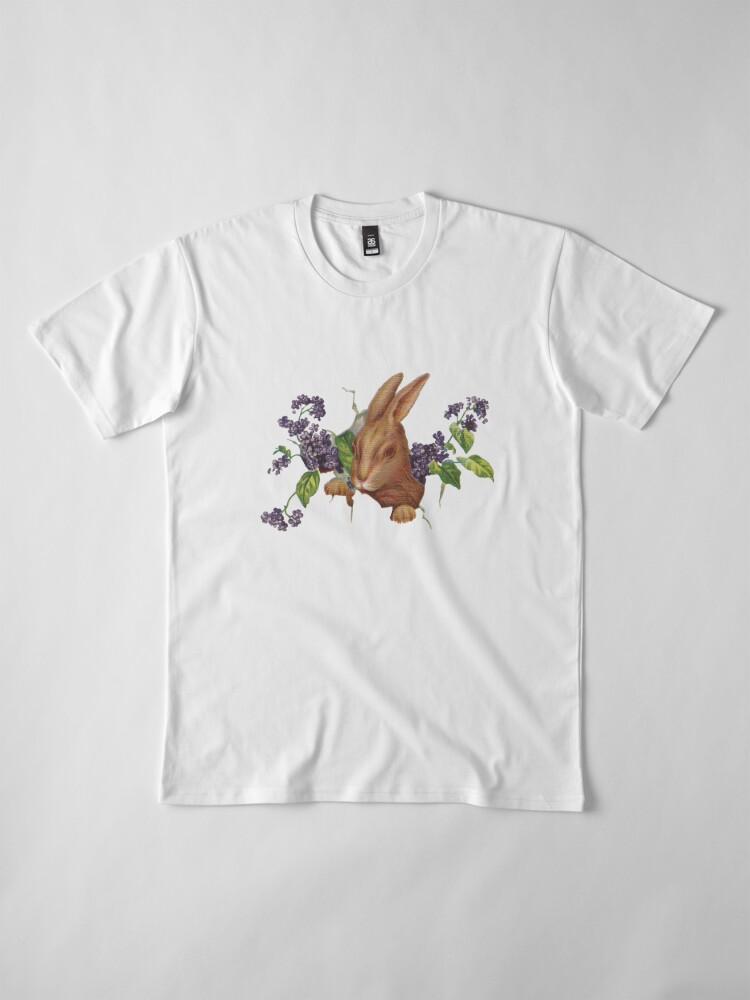 Alternative Ansicht von Ostern-Kaninchen, das vom Hintergrund mit Fliedern platzt Premium T-Shirt