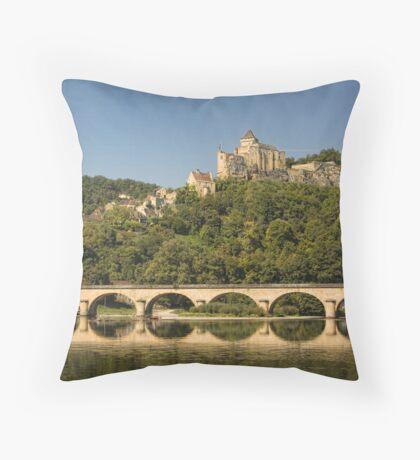 Promenade en gabare Château de Castelnaud Throw Pillow