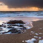 Dunkel und stürmisch (Porthleven, Cornwall) von Andrew Hocking