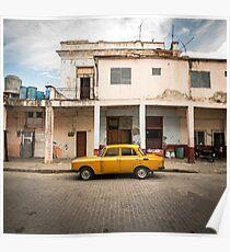 Helles gelbes Weinleseauto in La Havana, Kuba. Poster