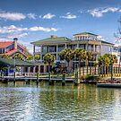 Häuser entlang des Shem Creek Harbour von TJ Baccari Photography