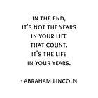 Am Ende zählen nicht die Jahre in Ihrem Leben. Es ist das Leben in deinen Jahren. Abraham Lincoln-Zitat von IdeasForArtists