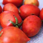 Frisch ausgewählte rote saftige Tomaten von TeAnne