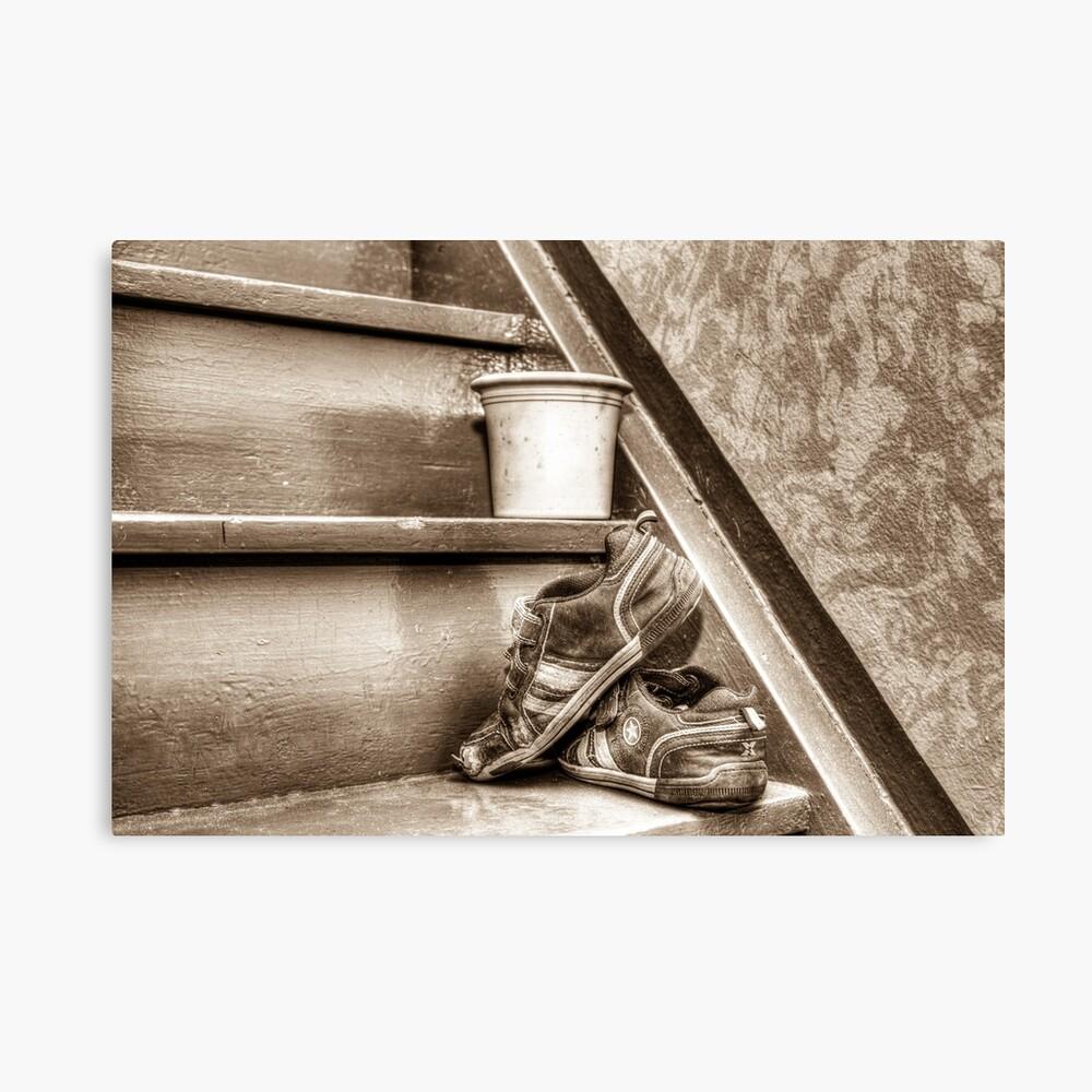 Alte Kinderschuhe auf einer Treppe - Sepia Leinwanddruck