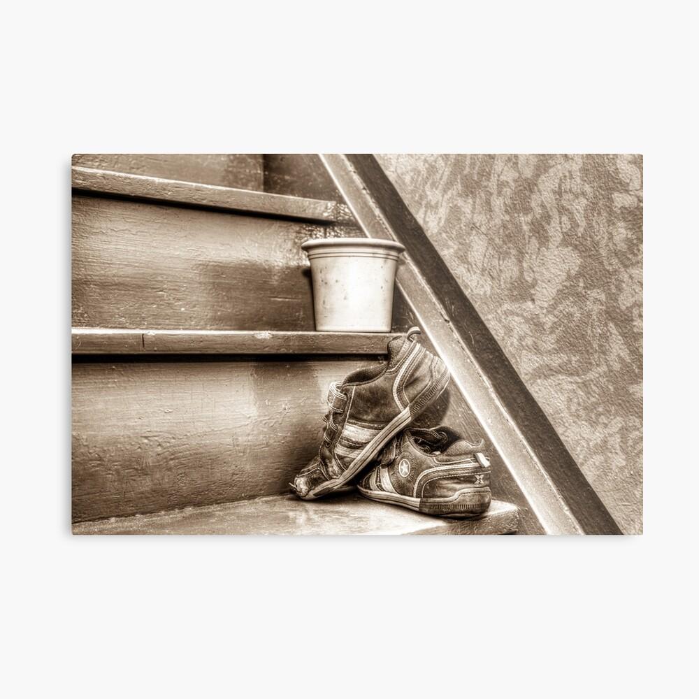 Alte Kinderschuhe auf einer Treppe - Sepia Metallbild